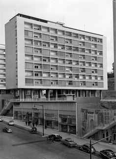 Prémio Municipal de Arquitectura de 1956 armando Visit Portugal, Brutalist, Capital City, Building Design, Old Photos, Photo Wall, Black And White, Travel, Stone Facade