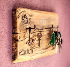 Schlüsselbrett aus Abschnitt eines alten handgehauenen Scheunenbalkens. Maße: 25cm x 13cm x 2cm