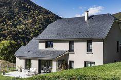 Sarrancolin, Haute Pyrénées, France. Design et construction by Maisons Aquitaine. #montagne #ardoise #calme #terrasse #campagne #fenêtres #maisons  Crédit Photo : Agence Freestyle