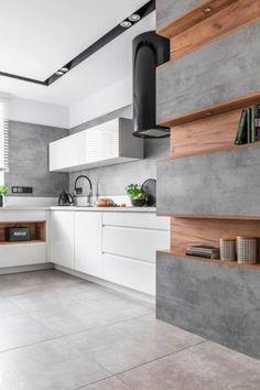Biela kuchyňa so šedou stenou a drevenými policami