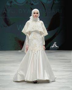 Bungamawar putih adalah lambang kesetiaan dan ketulusan yang bermakna cinta yang sesungguhnya. Koleksinya ini dirancang untuk mewujudkan makna hati yang penuh dengan kesejukan cinta. Dan saat seorang wanita memkainya, memberi makna bahwa ia penuh dengan kehangatan cinta tersebut. #TheWhiteRosesAyuDyahAndari — Ladies, you can rent or buy our wedding gown, Let's visit @thelady_id because we have a Bridal Showroom #byAyuDyahAndari at @thelady_id boutique fx sudirman 3rd floor. Don't miss it…