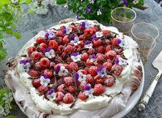 Verdens beste sjokolade Pavlova med bringebær - Franciskas Vakre Verden Pavlova, Food Inspiration, Camembert Cheese, Acai Bowl, Raspberry, Recipies, Sweets, Snacks, Baking