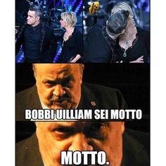 """""""Cosa pensa Costanzo"""": i meme più belli sul bacio di Robbie Williams alla De Filippi - Il Milanese Imbruttito"""