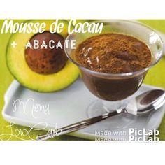 Mousse de Cacau e Abacate LowCarb ingredientes  1 abacates bem maduro 2 colheres (sopa de Adoçante) 2 colheres (sopa) de cacau em pó  1  colher (chá) de extrato de baunilha 5 colheres (sopa) de Chia  3 Amêndoas fatiadas  modo de preparo Bater todos os ingredientes no liquidificador ou processador até que forme uma pasta bem homogênea. Divida em potes individuais e leve à geladeira por no mínimo trinta minutos para que a Chia se hidrate e aumente de volume. Antes de servir depois de retirar…