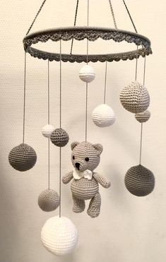 Wonderful Images Toys baby diy Ideas Mobile in white light gray and dark gray Made Crochet Baby Toys, Crochet Geek, Crochet Dolls, Easy Crochet, Baby Knitting, Knitting Wool, Crochet Bunny, Mobiles En Crochet, Crochet Mobile