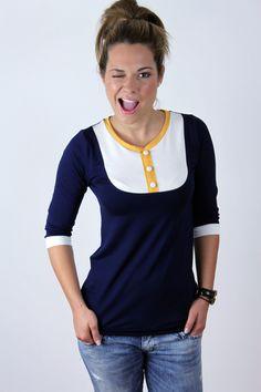 Dunkelblaues Langarmshirt mit weißem Einsatz und gelben Akzenten // dark blue longsleeve shirt with colorblocking highlights in white and yellow via DaWanda.com