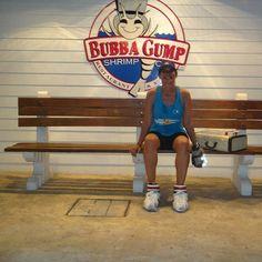 """Descanso após o treino em Cancún... Os restaurantes e lojas Bubba Gump Shrimp Company são uma rede de restaurantes de frutos do mar criada em 1994. Tudo é inspirado no filme Forrest Gump. Quando fomos fazer o Desafio do Dunga na #disney em 2014 fui apresentada a essa rede pelas amigas @tlrperim e @dani_m_felix .  Interessante foi responder ao quiz sobre o filme. Imagina como foi """"um sucesso"""" pois só fui assistir a esse filme em 2015 ha ha ha ha ha . Ainda bem que """"meu grupo"""" sabia tudo…"""