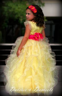 Yellow flower girl dress super fluffy ruffles por DaisiesandDamsels