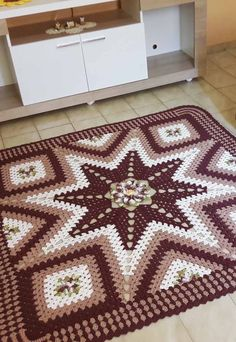 Square Crochet Rug: 60 New Models and Photos Step by Step - Crochet Clothing 2019 - 2020 Crochet Carpet, Crochet Home, Crochet Gifts, Easy Crochet, Free Crochet, Selling Crochet, Carpet Squares, Crochet Rug Patterns, Crochet Cross