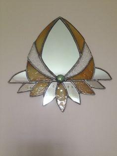 Parfait pour une entrée ou en décoration dans une chambre, ce petit miroir de courtoisie réalisé en vitrail selon la méthode Tiffany. Dimensions : Largeur 21.5 Cms Hauteur 22 - 7637537