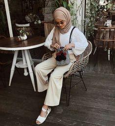 Modern hijab style 2018 #selegram #kafirr #hijabkekinian #ootd #hijabpastel #pants #taskekinian #tas #kemeja #jeans #hijabmodern #pinsuly Casual Hijab Outfit, Ootd Hijab, Casual Outfits, Muslim Fashion, Hijab Fashion, Mustard Shirt, Modern Hijab, Modest Outfits, Jeans