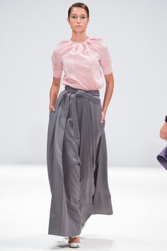 Explore the looks, models, and beauty from the Ong Oaj Pairam Spring/Summer 2015 Ready-To-Wear show in London on 13 September 2014 Japanese Outfits, Japanese Fashion, Asian Fashion, Modest Fashion, Skirt Fashion, Workwear Shorts, Simple Shirts, Style Casual, Harajuku Fashion