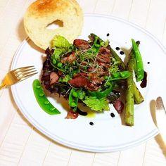 軽く焼いたベーグルに、  レタス、ピーマン、ブロッコリーの新芽、ベーコンソテー、スナップエンドウ、アスパラソテー、オリーブオイル、白ワインビネガー、ハーブソルト&ペッパー、フィニッシュに少し甘みのあるバルサミコソースをかけて☕️  緑の森のようなベーグルオープンサンド✨  ☀️今日もイイお天気☀️☀️☀️  Have a nice weekend  - 44件のもぐもぐ - Green Forest Bagel open sandwich  by welcomeizumi