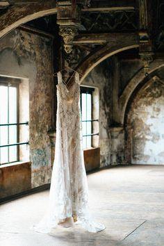 Inspirerende donkere romantieke in de Metaalkathedraal // Esther van Geenen Fotografie - Engaged.nl