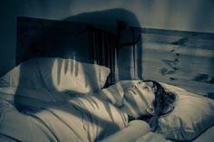 La paralisi del sonno è un disturbo del sonno in cui chi ne soffre, al risveglio è completamente paralizzato. A volte è accompagnata da allucinazioni.