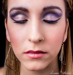 Makeup de Fiesta mesclando colores en dorados y lilas cuenca marcada con eyeliner negro