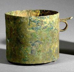 COUPE À ANSE PÉRIODE ANNAM Bronze à patine archéologique. H. 11 cm