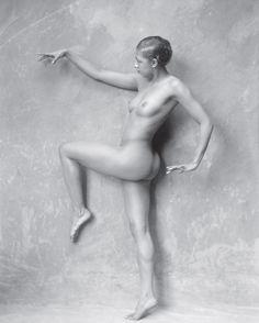 """Jósephine Baker, 1926.  #Photography  Joséphine Baker est une icône de ces années décomplexées. Belle et aimable, elle a marqué son époque grâce à un physique incroyable, devenant un modèle très demandé dans les années 1920. Elle pose ici en 1926 pour la campagne publicitaire de son spectacle, """"La Revue Nègre"""", devant l'objectif de Boris Lipnitzki."""