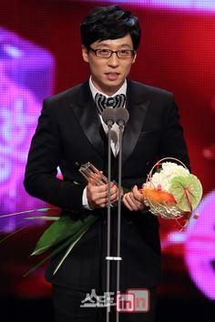 Comedian and MC Yoo Jae Suk recently broke the record for the longest streak of Daesang wins in South Korean broadcast history. Jae Seok, Ji Suk Jin, Yoo Jae Suk, Korean Celebrities, Celebs, Monday Couple, Kim Jong Kook, Korean Variety Shows, Acceptance Speech