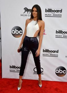 Kendall Jenner prefirió los pantalones combinados con un top abierto por la espalda y zapatos plateados.