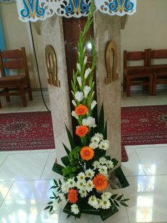 Basket Flower Arrangements, Flower Arrangement Designs, Altar Flowers, Floral Arrangements, Church Wedding Flowers, Funeral Flowers, Flower Bouquet Wedding, Deco Floral, Floral Design