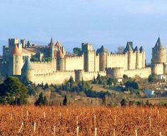 O Château Comtal é uma fortaleza medieval que serve de residência aos viscondes de Carcassonne (França) a maior cidade europeia manter suas muralhas intactas. Desde 1997, a Unesco o considera Patrimônio Histórico da Humanidade.
