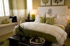 une chambre zen en blanc et vert pâle avec un mobilier en blanc et marron