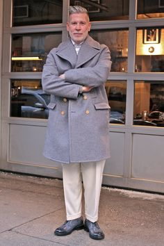Men'S street style from new york fashion week fall / winter 2015 Nick Wooster, Grey Overcoat, White Dress Pants, Beige Dresses, Men Street, Mens Fashion Suits, Men Looks, Mens Clothing Styles, Dame