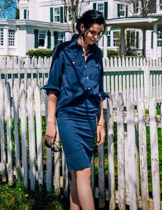「マディソンブルー」のシャツには、同色のタイトスカートを合わせて女性らしさをアピール。カジュアルになりすぎないネイビーのセットアップをチョイスするのがポイント。別注復刻「オリバー ピープルズ」のクラシカルなサングラスもプラスして。 Shirt (MADISONBLUE) ¥33,000+tax no.16050510006410, Shirt (MADISONBLUE) ¥32,000+tax no.16060510000910, Sunglasses (OLIVER PEOPLES)...