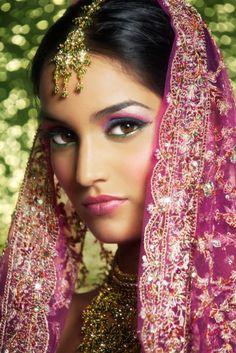 Novia estilo Bollywood: El maquillaje intenso, la profusión de joyas, la henna y el dupatta en la cabeza son fundamentales...