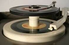 Good old 45 records (still have record player and the records) Radios, My Childhood Memories, Great Memories, School Memories, Childhood Toys, Childhood Images, 1970s Childhood, Nostalgia, Record Players