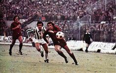Paolo Pulici in un derby inseguito da Cuccureddu, Claudio Sala osserva.