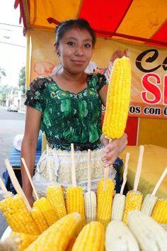 Elotes cocidos, asados, locos. .atol de elote!  Va querer, va a llevar...pase pase!  Feria de Jocotenango, 15 Agosto, Dia de la Virgen de la Asuncion, feriado de la capital de Guatemala.
