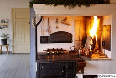 jul,järnspis,gjutjärnsspis,eldstad,eld Open Fireplace, Fireplace Design, Interior Garden, Home Interior Design, Countryside Kitchen, Compact Living, Cottage Interiors, Sweet Home, House Styles