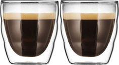 Bodum Pilatus 008L 2st  Bodum Pilatus 008L 2st (handgemaakt) Deze stijlvolle glazenset van Bodum bestaat uit twee glazen met beiden een inhoud van 008 liter. De glazen zijn individueel mondgeblazen! Ze hebben een transparant uiterlijk en een dubbele wand waardoor koffie en thee nog langer warm blijven. Daarnaast zijn deze glazen ook geschikt voor de vaatwasser zodat je ze makkelijk schoon kunt houden. Je kunt deze glazen uiteraard gemakkelijk bestellen bij Koffiediscounter.nl of even…