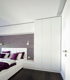Buildings in the bedroom in the form of white wardrobes and storage spaces without handles, opening . Closet Bedroom, Home Decor Bedroom, Bedroom Wall, Master Bedroom, Stylish Bedroom, Modern Bedroom, Bedroom Cupboards, Small Apartments, Bed Design