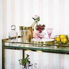 Tutorial Westwing: Como organizar seu bar - Home decor interests Bar Cart Styling, Bar Cart Decor, Plywood Furniture, Bar Ikea, Ikea Bar Cart, Style At Home, Canto Bar, Apartment Bar, Bar Trolley