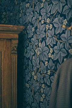 Villa Strömsfors and my 3 favorite rooms (Volang)- Villa Strömsfors och mina 3 favoritrumm (Volang) Villa Strömsfors and my 3 favorite rooms - Trendy Wallpaper, New Wallpaper, Interior Wallpaper, Motif Floral, Designer Wallpaper, Wallpaper Designs, Villa, Interior And Exterior, Interior Paint