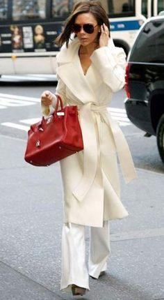 Уличный стиль от Виктории Бекхэм: белое пальто - красная сумка