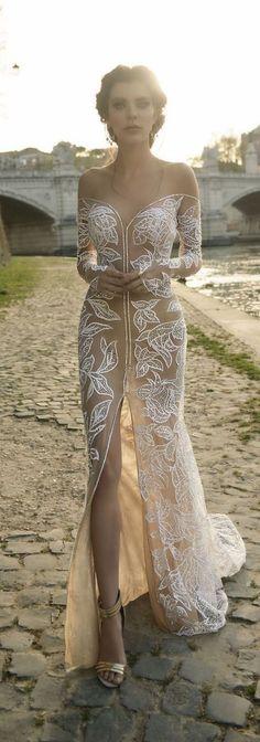 [Caption]Hoa văn ren đắp nổi, tỉ mỉ trên nền voan trong suốt, tiệp màu với màu da, tạo hiệu ứng thị giác, khiến lưng váy như làn da thứ hai của cô dâu.