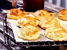Klassiska scones passar lika bra som frukost eller mellanmål och är lätt att baka. Servera nygräddade scones med ost och marmelad! Scones, Swedish Recipes, Bread Baking, Bakery, Vegan Recipes, Muffin, Food Porn, Food And Drink, Nutrition
