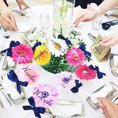 ◌ ❁˚ #フォトプロップス はどんなデザインで作ってますか? * ディズニーデザインからキャラクターデザイン、 最近は梅宮辰夫フォトプロップスまで 様々ですが、とっても可愛いくって 場が華やかになるアイデアがこちら #お花プロップス です * 好きなお花をプリントアウトして、 #ペーパーストロー でくっつけて作ります✨ * みんなで持ったら、#ゲストテーブル が #お花畑 みたいになりますよね ◌ ❁˚ Photo by @yumi1m #プレ花嫁#結婚式準備#卒花#卒花嫁#プロポーズ #結婚式DIY#ガーベラ#お花#テーブルラウンド#卓上装花#フォトラウンド#フォトブース#marryxoxo
