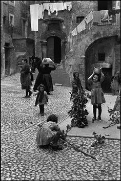 Henri Cartier-Bresson - Abruzzo. Scanno. 1951.