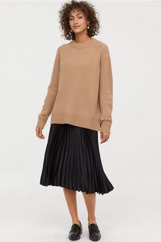 Calf-length skirt in woven pleated fabric. High waist and covered, elasticized waistband. Green Pleated Skirt, Pleated Skirt Outfit, Pencil Skirt Outfits, Denim Pencil Skirt, Pleated Fabric, Dress Skirt, Long Skirt Outfits For Summer, Winter Dress Outfits, Casual Skirt Outfits