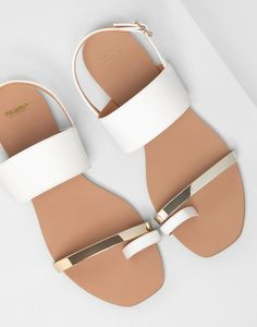 Sandals Summer White and gold sandals. - There is nothing more comfortable and cool to wear on your feet during the heat season than some flat sandals. Cute Shoes, Me Too Shoes, Women's Shoes, Shoe Boots, Shoes Flats Sandals, Sandals Outfit, Golf Shoes, Ugg Boots, White Sandals