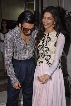 Deepika Padukone and Ranveer Singh promote 'Ram-leela' Deepika Ranveer, Ranveer Singh, Deepika Padukone, Bollywood Couples, Bollywood Celebrities, Bollywood Fashion, Bollywood Style, She Was Beautiful, Traditional Outfits