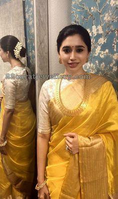 Get the latest trends ruling the charts in India. Sari Blouse Designs, Saree Blouse Patterns, Fancy Blouse Designs, Indian Bridal Sarees, Bridal Silk Saree, Bollywood, Saree Trends, Stylish Sarees, Saree Look