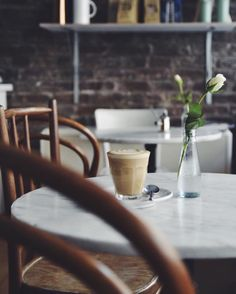 Meine Woche habe ich mit einem Besuch bei Frau Nora & Herr Max in der Kölner Südstadt begonnen. Dort gibt's leckersten Kaffee und feinstes skandinavisches Design. Perfekte Kombination, oder? Ich hab natürlich viele Bilder gemacht und mich ausgiebig mit Besitzer Max unterhalten. Bald auf dem Blog ✌🏻️ #fraunoraundherrmax #butfirstcoffee #kaffeeunddesign #shoppingtippköln #craftifairontour #bistro #cafe #südstadtköln #interior #shoppinginköln #thisiscologne #skandinavischesdesign #kaffeeliebe…