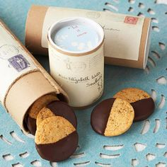 Cardboard Mailing Tubes You'll love the sweet and spicy combination of chocolate, cayenne pepper, ginger, and chile powder in our Three-Pepper Spiced Cookies. Mailing tubes adorned with old envelopes and twine make perfect packaging. Homemade Food Gifts, Diy Food Gifts, Homemade Cookies, Gag Gifts, Bakery Packaging, Cookie Packaging, Packaging Design, Packaging Ideas, Smart Packaging