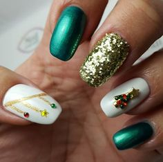 Merry X-Mas Tree featured in this nail art.